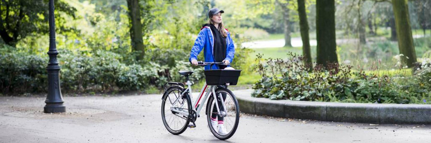 Meisje in park met union fiets