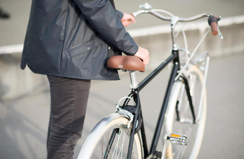 Man gaat een fietsketting schoonmaken