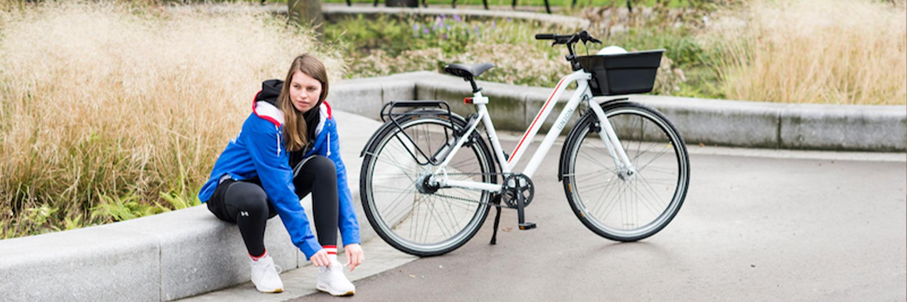 Meisje naast Union fiets