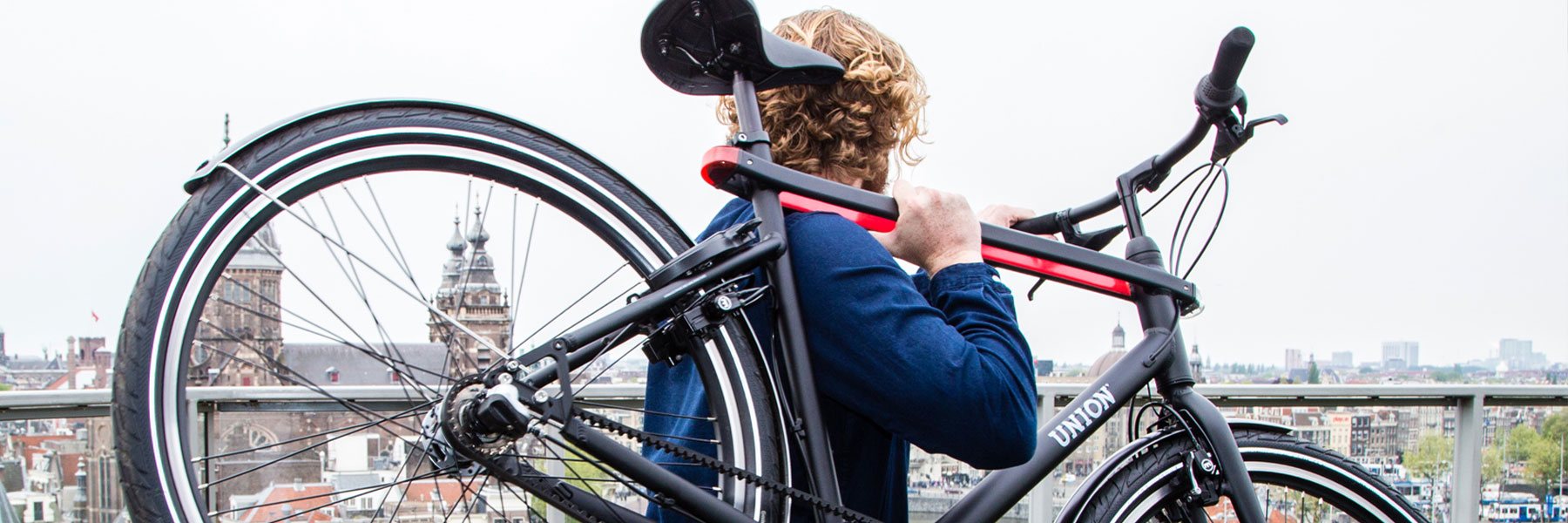 Man met Union fiets op schouders