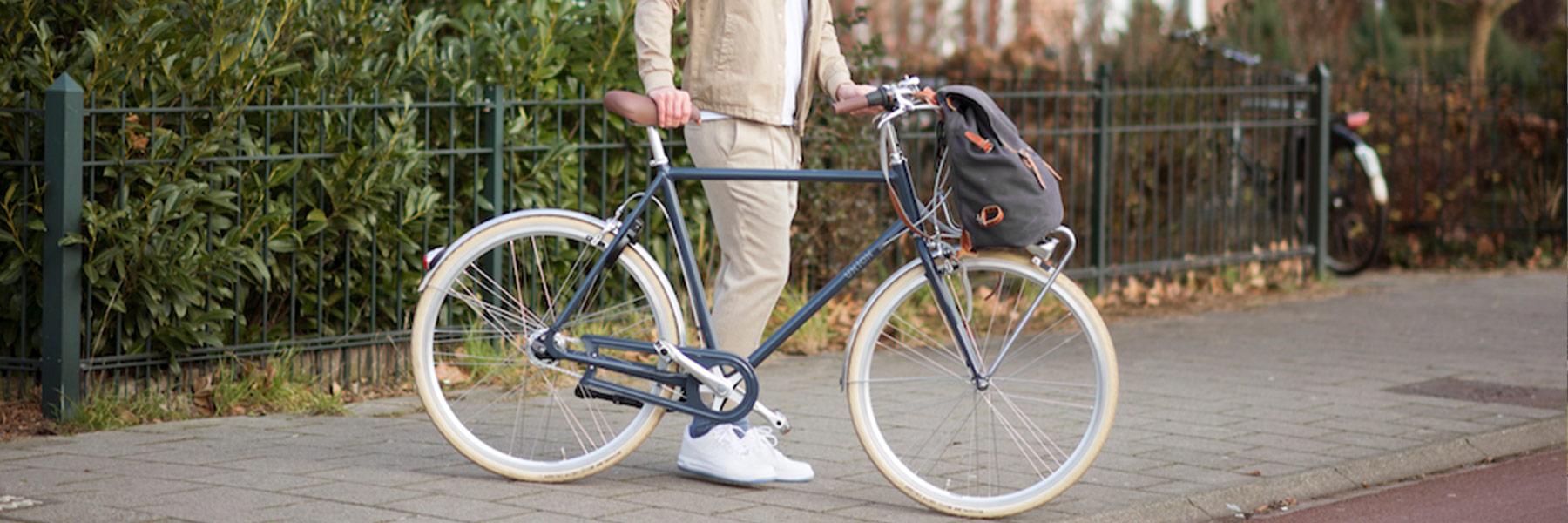 Man naast Union fiets