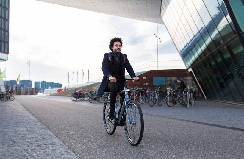 Man op Union fiets met riemaandrijving