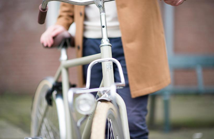 Man met Union witte fiets met lamp