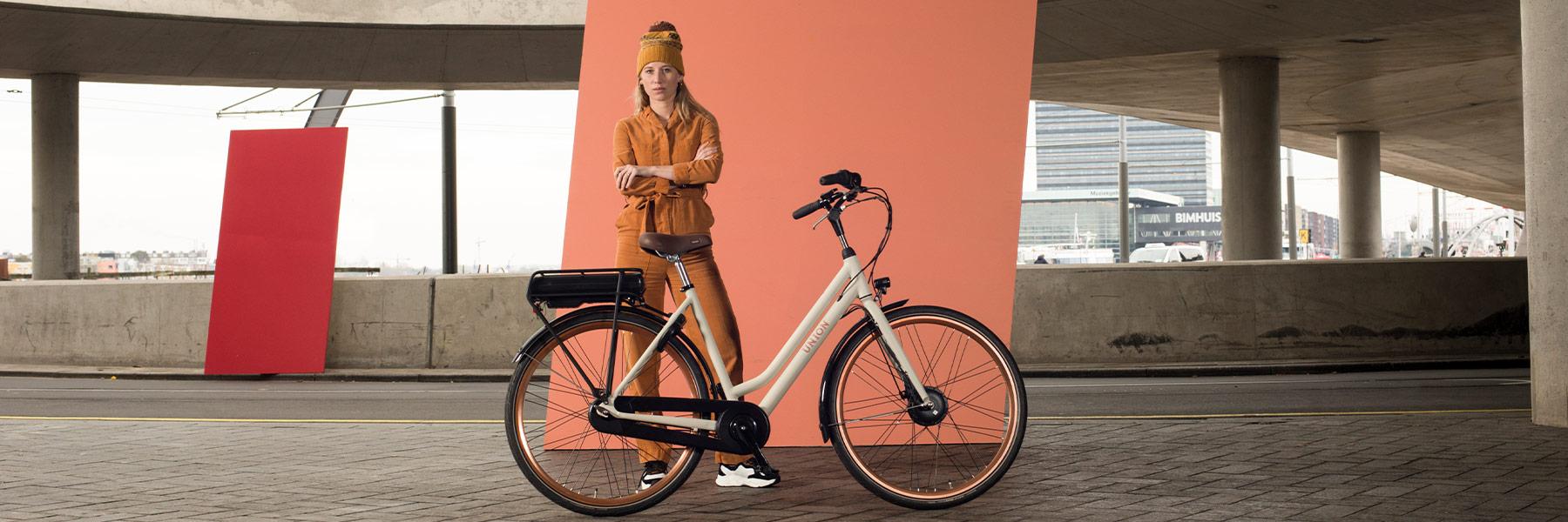 Vrouw staat achter een Union fiets