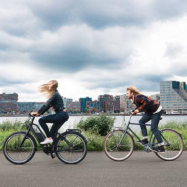 Twee fietsers leggen een fietsroute in Nederland af - Union